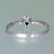 【可憐 Karen】シンプルデザインで、横から見るとピンクサファイヤと透かし模様がエレガント 0.20ct,F,VS2,3EX,H&C