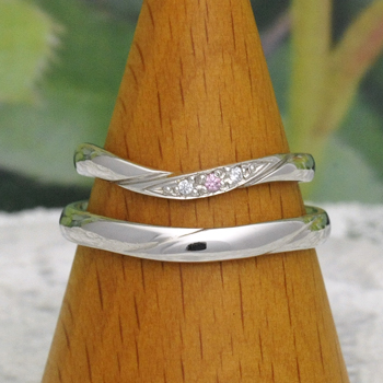 結婚指輪ペア  レディースは天然ピンクダイヤとH&Cダイヤの高品質リング Pt 優しいカーブデザインで指がスマートに♪
