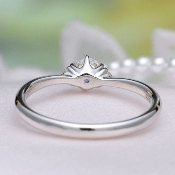 婚約指輪【高品質】0.20ct,D,VS2,3EX,H&C プラチナ 最高級カラーとカットのダイヤモンド、シンプルで 僅かなV字のおしゃれなデザイン E26WDn-20F1