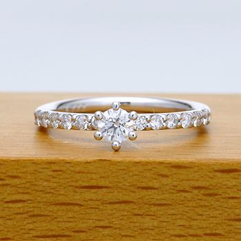 【ミルククラウン Milk Crown】婚約指輪 Pt  個性的な丸い爪留、繊細なメレーダイアが高級感を醸し出します。 EWCm12-22DG2
