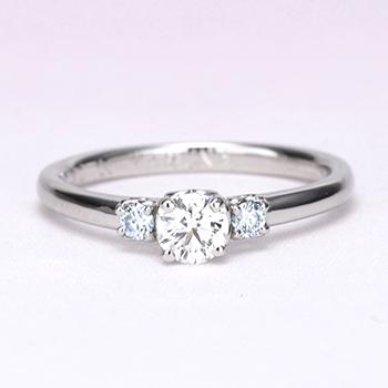 婚約指輪 両脇にアイスブルーダイヤモンド、ハートの透かし模様がかわいいダイヤリング EKK501b-20GH6-Pt