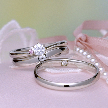 【絆 ツインダイヤモンド】3点セット  Ptツインダイヤモンド結婚指輪と ピンクダイア入り高品質ダイアモンド婚約指輪BsHaE02TW01-PT-20F1