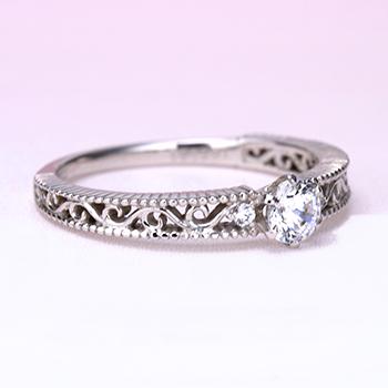 婚約指輪【スーパーハードプラチナ】アンティーク調の透かし模様とミル打ちデザインのダイヤモンドリング