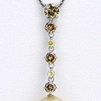 南洋白蝶ゴールデンパールペンダント、カラーダイヤモンドを贅沢に0.80ct使用