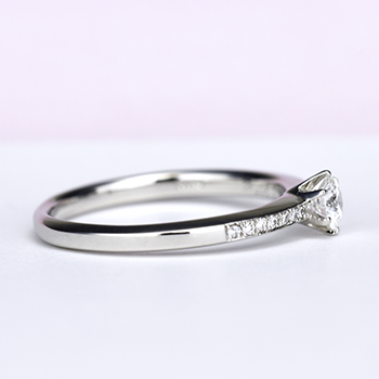 婚約指輪   細いストレートデザイン、繊細なメレーダイヤが高級感を醸し出します。EG22M23-20EC5