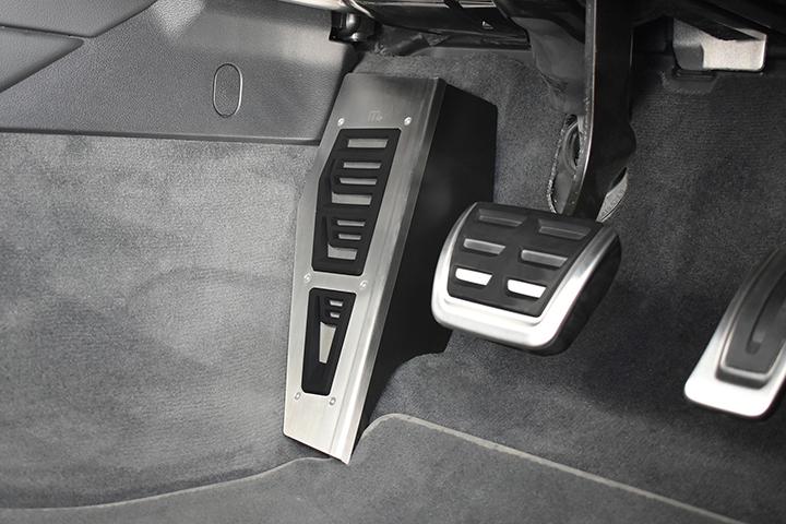 Audi A4/A5 (B9)専用 フットレスト カバー (m+製)