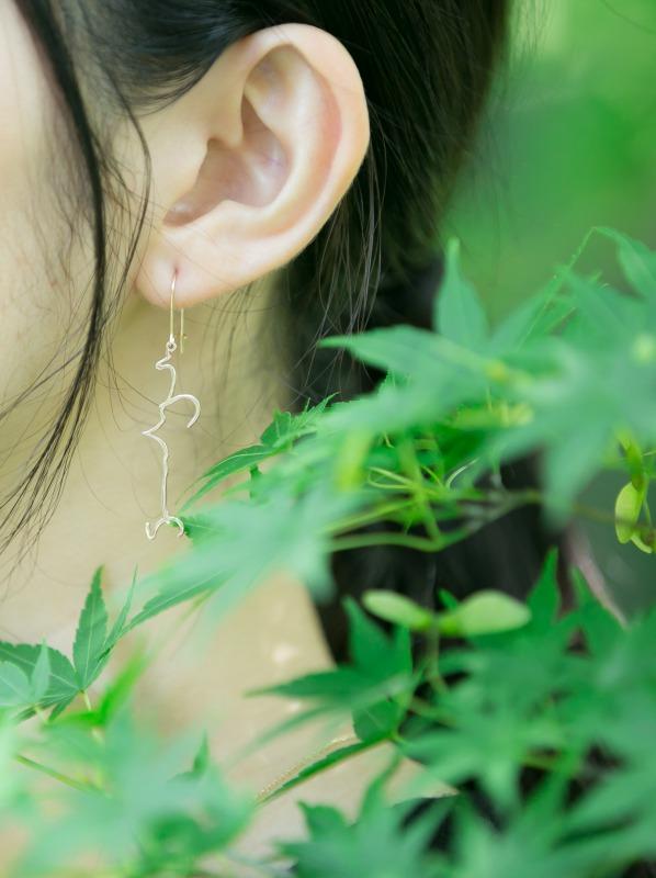 Hiragana(ヒラガナ)「うつくしい」片耳ピアス