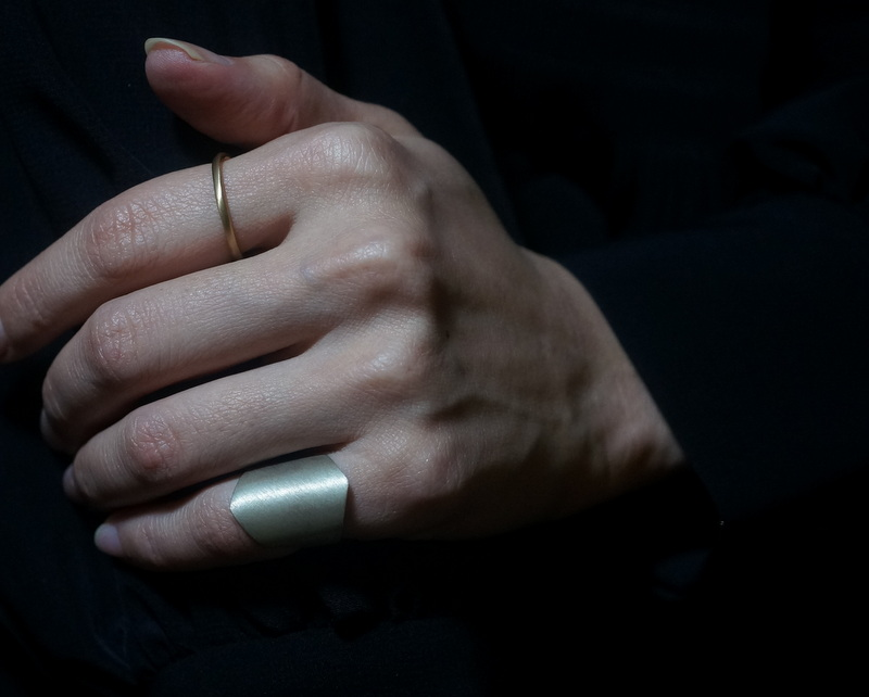uM / SHIELD PINKY RING
