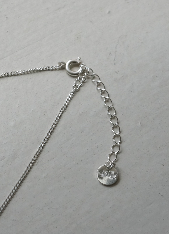 in her  circle stone necklace crystal 小