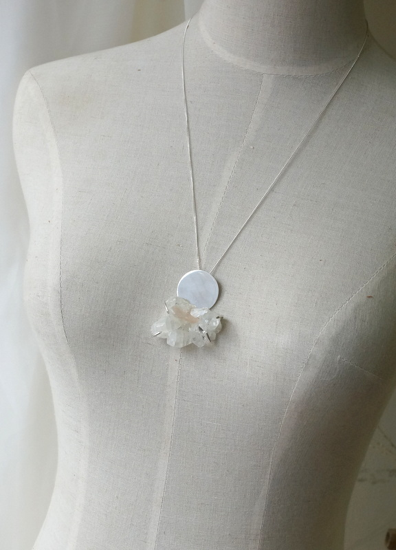 in her  circle stone necklace crystal 大