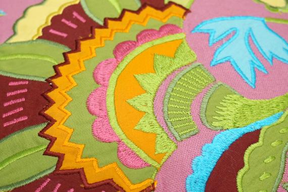 ジャコビアン様式柄 アップリケ刺繍クッションカバー 40cm角 ピンク VL-CC-EBPK