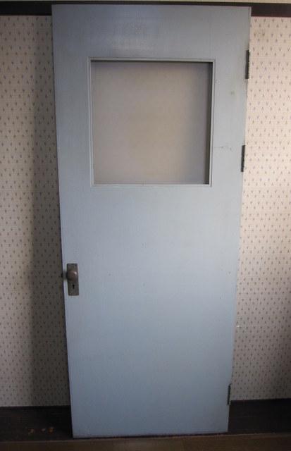 淡いブルーの古い木のドア