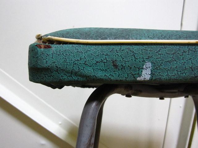 レトロなアイアンの角椅子 グリーン