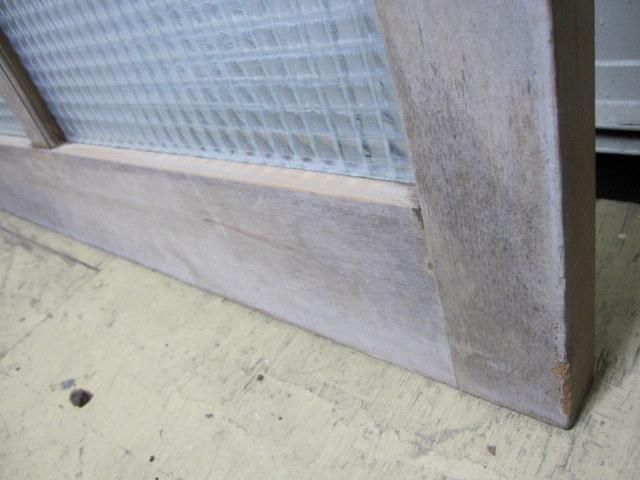 古い木の2種類のレトロガラス入りドア