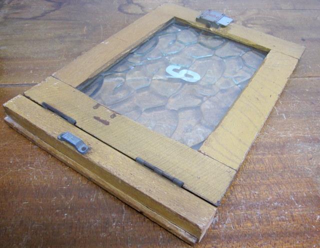 古い銭湯のロッカーの扉『9』レトロガラス入り窓枠・建具