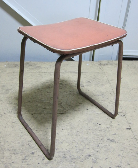 レトロなアイアンの角椅子 オレンジ