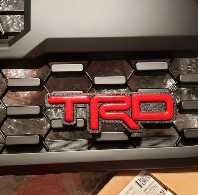 (在庫あり!) TRDグリルバッジ TYPE-2 (シルバースカイ)
