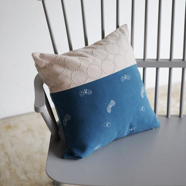 mina perhonen dop 「tambourine × choucho」 クッションカバー(ピンクベージュ × ブルー)