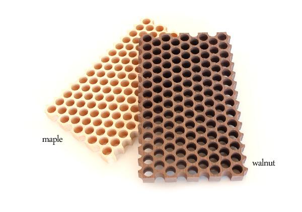 「Dot.」穴の開いた木製の鍋敷き。メープル・ウォールナット/北欧風デザイン
