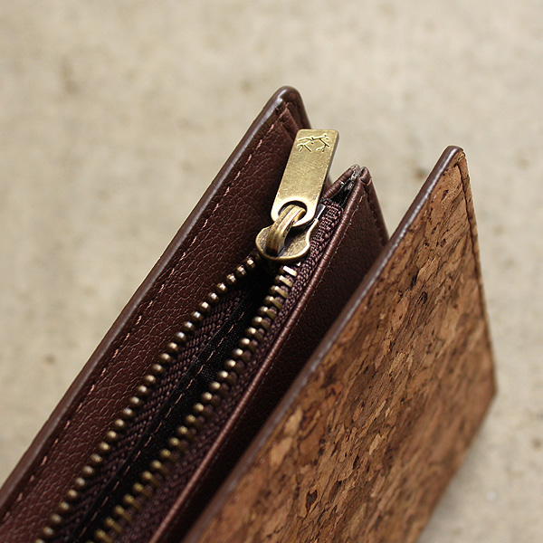 「CONNIE Double Wallet」コルクレザーを活用、収納豊富な機能と軽さが魅力の長財布/Anewoodブランド