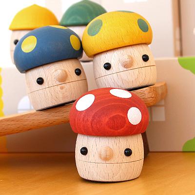 「どんぐりきのこ」おもちゃのこまーむ かわいく歩く木のおもちゃ、きのこ頭のどんぐり こまむぐ Comomg