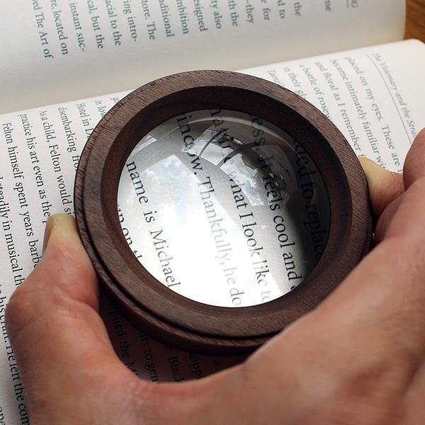 「Dome Loupe」置くだけでピントが合う木製の大型デスクルーペ・拡大鏡