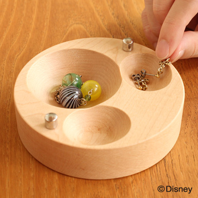 「JewelryCase Disney」ミッキーマウス型のくぼみにピアスやネックレスを保管する木製ジュエリーケース