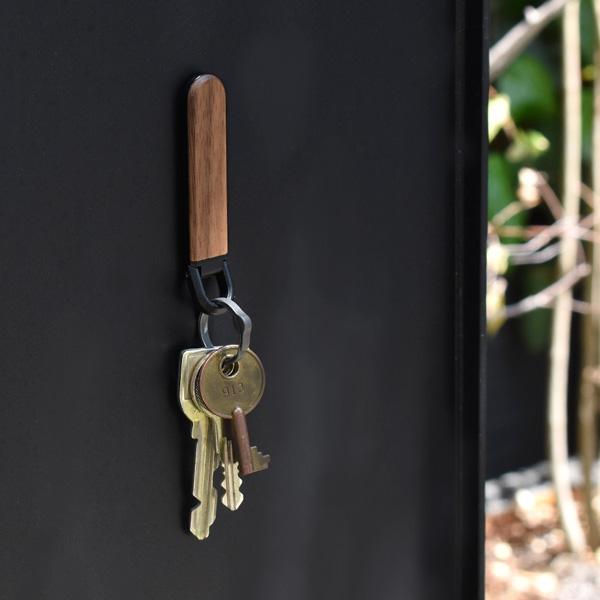 ■【プレミアム】「KEYHOLDER MAG(黒檀)」鍵の居場所を作るマグネット付き木製キーホルダー/北欧風/名入れ可能