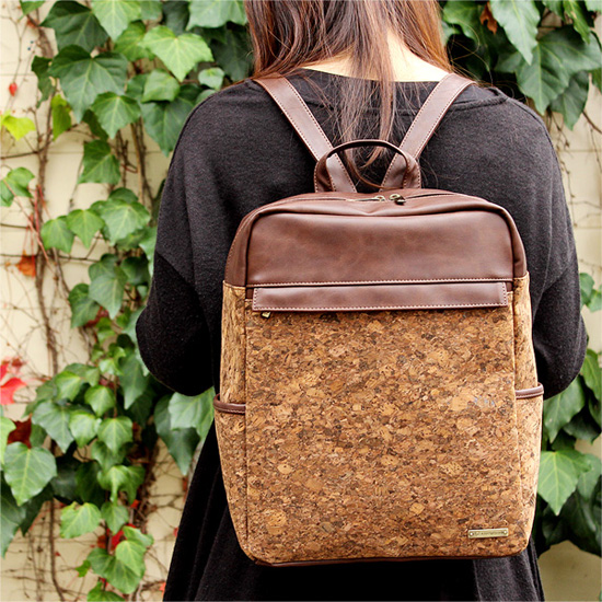 「CONNIE Square Backpack」すっきりした四角いフォルムのバックパック・リュックサック