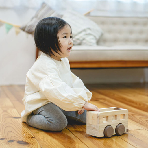 「MUSIC BUS(オルゴールバス)」名入れ可能。動かすと音楽が流れる国産ヒノキ使用のおもちゃ/IKONIH