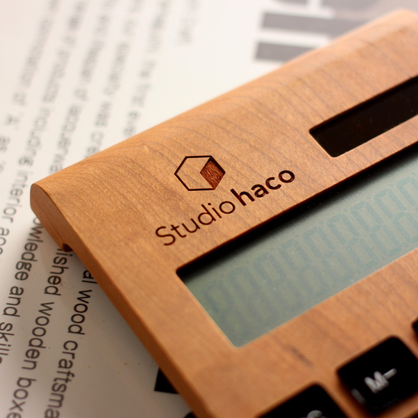 【ロゴ刻印代込】「Solar Battery Calculator Desk Type」会社やショップロゴを刻印できる12桁表示の木製ソーラー電卓 / 記念品・ノベルティ・開業祝い