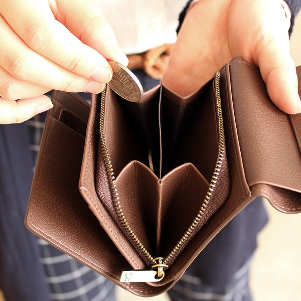 「CONNIE Triple Wallet」コンパクトでも収納豊富な三つ折り財布