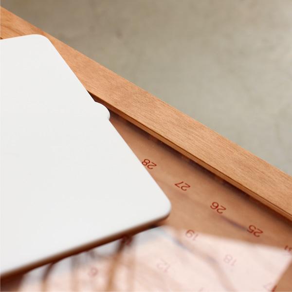 「Desk Calendar Eternal」経年変化しながら年月を刻む木製の卓上万年カレンダー/北欧風デザイン