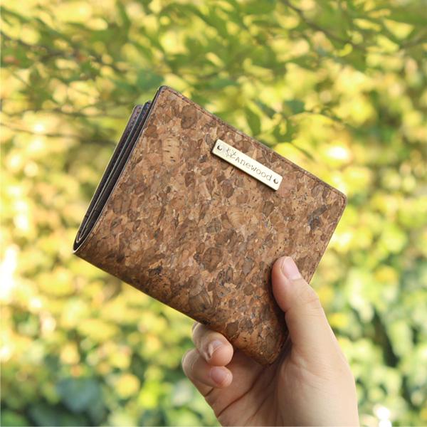 「CONNIE Double Wallet Half」コルクレザーを活用、ミニバッグにも収まるコンパクトな二つ折り財布/Anewoodブランド