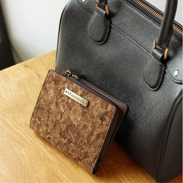 「CONNIE Double Wallet Half」コルクレザーを活用、ミニバッグにも収まるコンパクトな二つ折り財布/Anewoodブランド/名入れ可能
