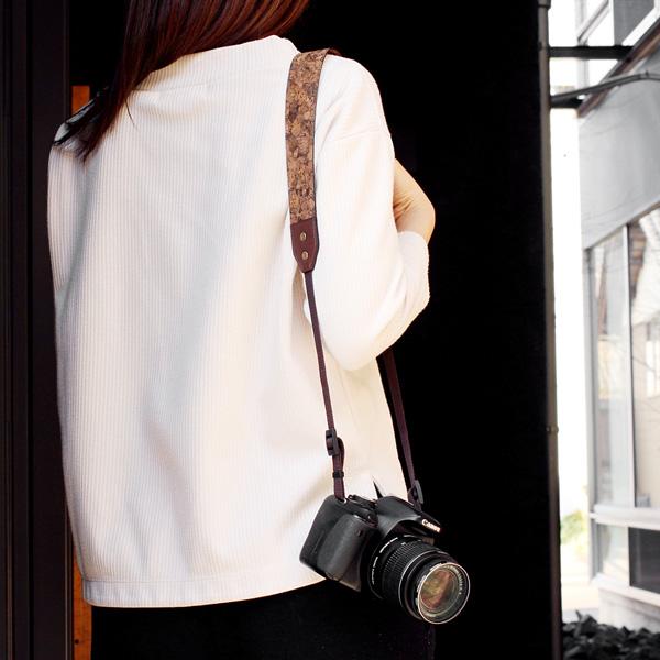 「CONNIE Neck Camera Strap」軽くて柔らかなコルクレザーを活用、おしゃれなカメラストラップ