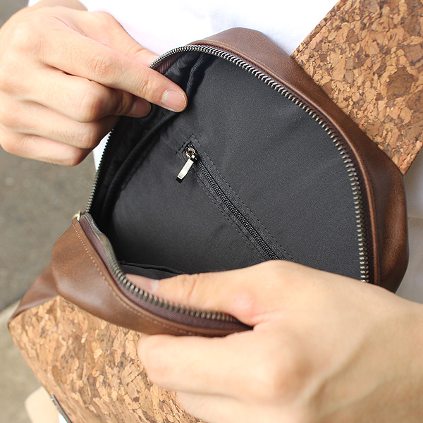 「CONNIE Cross Body Bag」荷物は最低限に。コンパクトで身体にフィットするボディバッグ