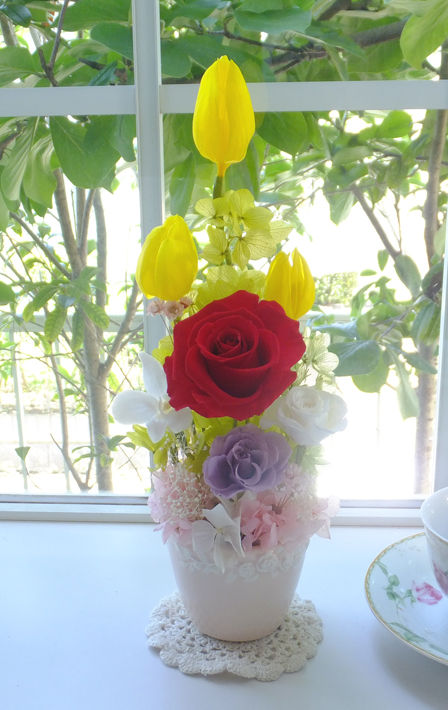 170710 黄色いチューリップと赤バラが入ったポットアレンジ オーダーメイドプリザブドフラワー
