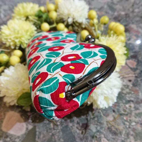 赤と緑の椿柄が華やかな、がま口メガネケース/日本製/メガネ入れ・小物入れ・お薬入れ