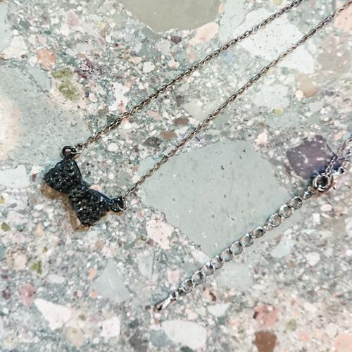 【送料無料】シャープにきらめくリボンモチーフネックレス/色:ブラック 【ネコポス送料無料/後払い・クレジット手数料無料】