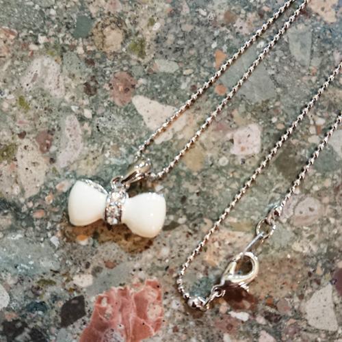 【送料無料】丸みのある白いリボンとラインストーンのネックレス/色:シルバー系 【ネコポス送料無料/後払い・クレジット手数料無料】