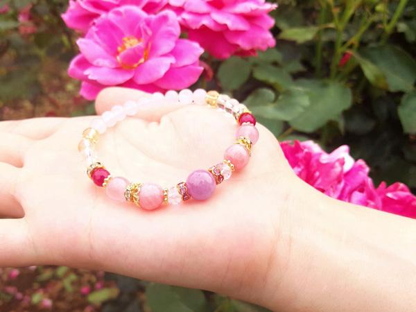 7月の誕生石*。優雅にルビーが咲くパワーストーンブレスレット