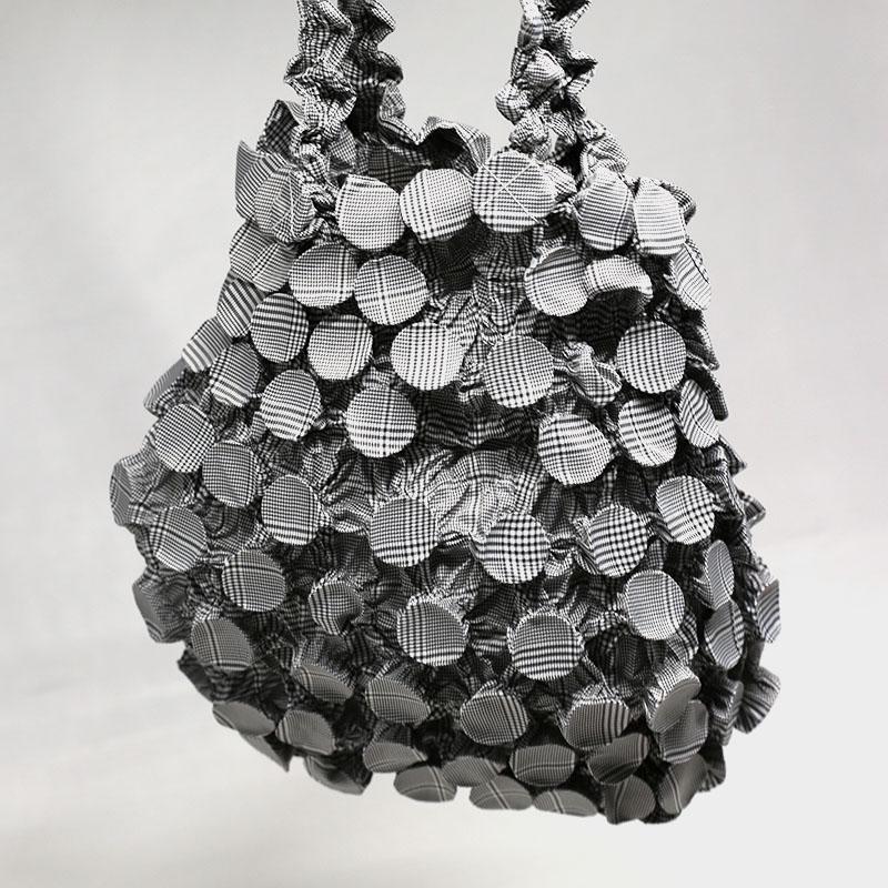 エコバッグ/和装小物/丸絞り・しぼり染め/白・黒/チェック/サイズ:通常:約縦17(手持ち部分含む28cm)×横14cm,最大時:縦約40×横約38(cm)/通販