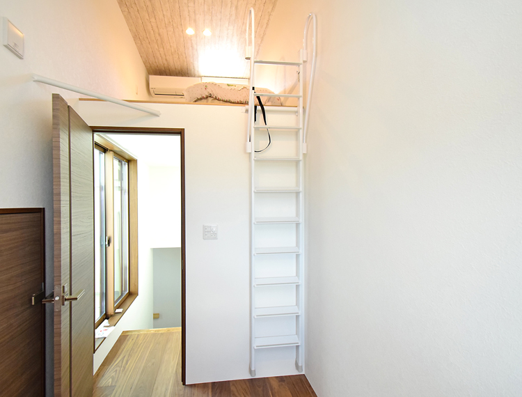 安全【ホワイトラダー】 アルミ製ロフトはしご 側面手すり仕様