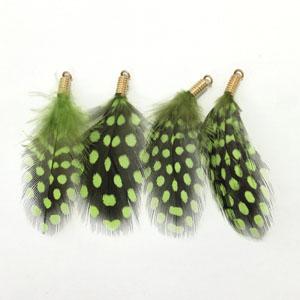 2630009FTP フェザー(ホロホロ鳥)パーツ カン付 グリーン 金具ゴールド 約5×3cm 2ヶ【SALE】