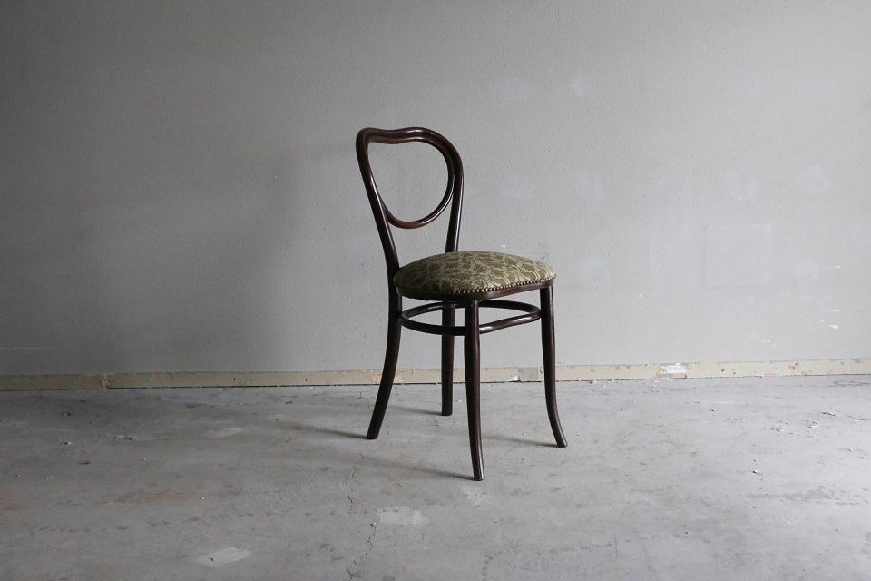 ゴブラン織の座面とハートの背もたれが魅力的なベントウッドチェア 4102