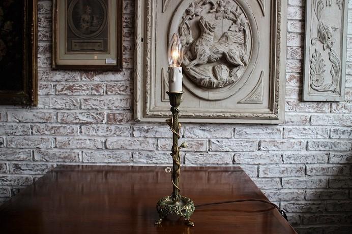 フランス ローズの飾りの真鍮ランプスタンド 0408