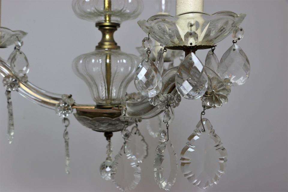 ガラスドロップが揺れる小さなマリアテレジア様式の3灯シャンデリア 4725