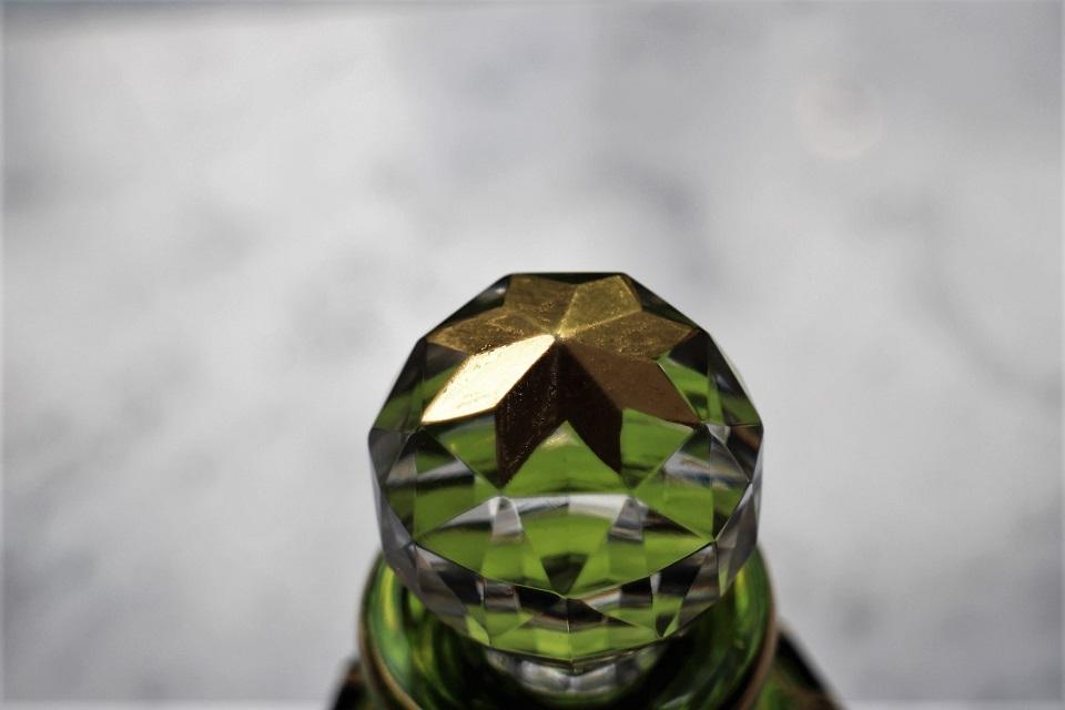 バカラ D.1842シリーズ 苔色のクリスタルに金彩が施されたパヒュームボトル 137mm 5000
