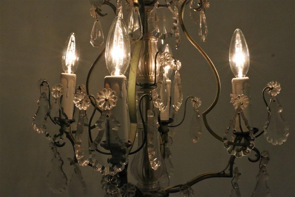 ドロップが揺れる4灯の縦長な真鍮シャンデリア 1380